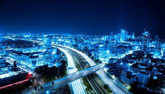 imagen de una ciudad de noche
