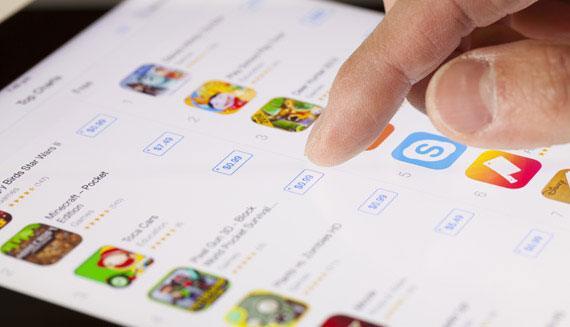 mano sobre app